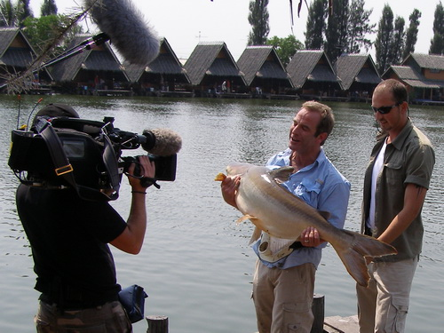 Robson Green Extreme Fishing Thailand at Bungsamran Lake in Bangkok guided by Eddy Mounce